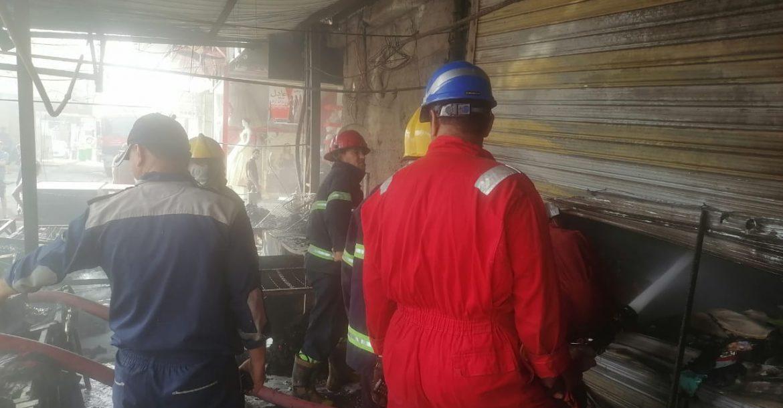 فرق الدفاع المدني تخمد حريقا داخل سوق الگيارة شرقي بغداد